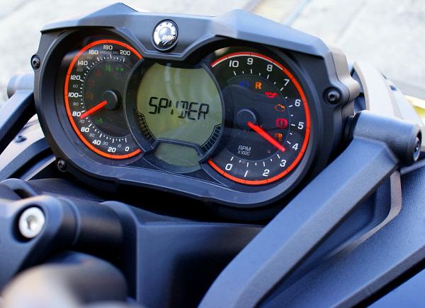 Méretesek az órák, a sebesség mégis a digitális egységről olvasható le könnyen. Fotó: Balogh Bence, Lővei Gergely