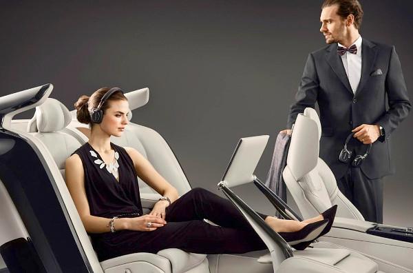 Nem lehet nagyon kényelmes az a hátsó ülés, ha se a szalonon a hostess, se a stúdióban a modell nem dől hátra