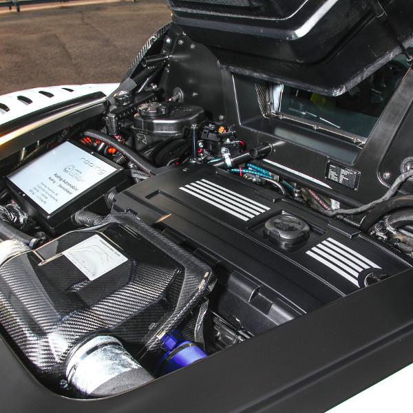 Középmotorosnak építették a roadstert, a hajtásról BMW erőmű gondoskodik. A büszke gravírozott típustáblán a legfontosabb jellemzőket sorolják