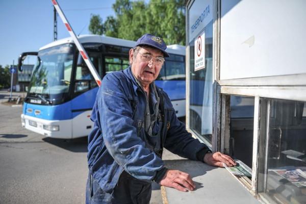 """Belépés a teherportánál. Mizser Zoltán utolsó """"munkanapjára"""" érkezik az egykor volt MÁVAUT-ból lett közlekedési központ egri telephelyére. Fotó: Korsós Viktor"""
