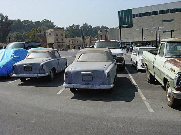 Kulisszatitok: a Universal parkolójában kettő is áll a gondosan behorpasztott Peugeot-ból