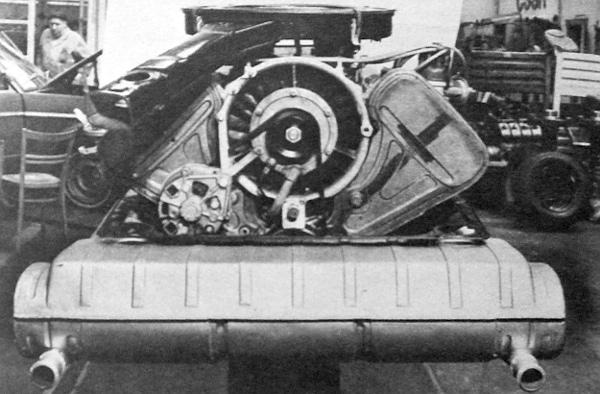 Ezeknek is a nyolchengeres, léghűtéses, 132 kW, tehát 180 lóerő teljesítményű V-motor a lelke
