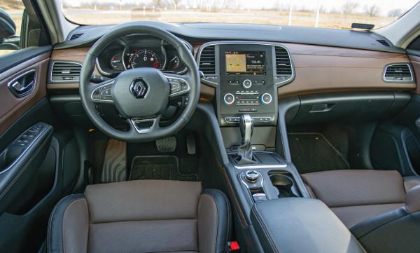 A középkonzol nem illik az autó nívójához, egyébként a burkolatok igényesek. Fotó: Hilbert Péter