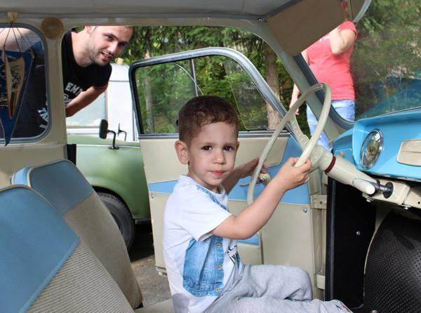 Zwick Olivér a volán mögött. Édesapja hét évesen vezetett először Trabantot, akkor szeretett bele a keletnémet autóba. Fotó: Tóth Balázs