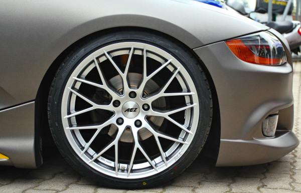 Előre 225/35-ös, hátra 255/30 ZR19-es abroncsok kerültek AEZ felnikkel. Váltóméretei ugyan az eredetinek, ám a BMW típuskönyvében nem szereplő méretek, így engedélyeztetésre szorultak