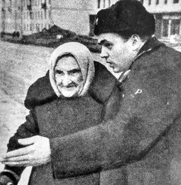 Az utcán idős néni halad át. A forgalmi rendőr kötelessége segíteni. A főútvonal széles, az anyóka útja elég messzi. Míg eljutnak a másik oldalra, a rendőr megtudja, Anasztazia Zukova három nappal ezelőtt múlt el 105 éves...