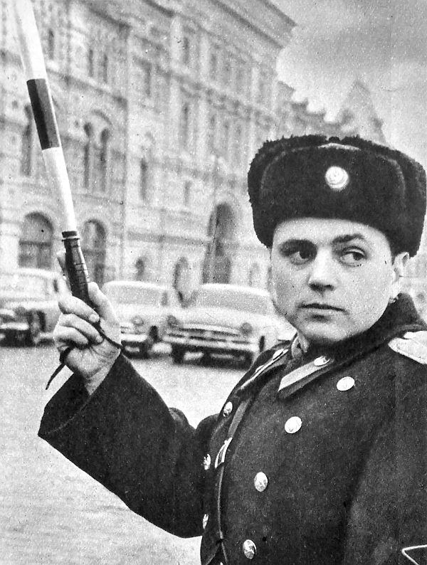 """Ezen a keresztezésen """"dugó"""" keletkezett. A rendőrnek ki kell szállnia, hogy a forgalomirányító bottal rendet teremtsen"""