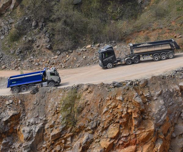 95 méteres sziklafal tetején, 40 tonnával egyensúlyozva, nem mindegy, milyen precízen irányítható a szerelvény. Fotó: Karlovitz Ákos Bálint