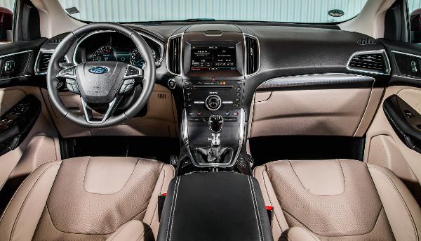 Ismerős a környezet a legújabb középkategóriás Ford-tulajdonosoknak. Rálátunk a műszerfal tetejére és az annak folytatásában lévő motortértetőre