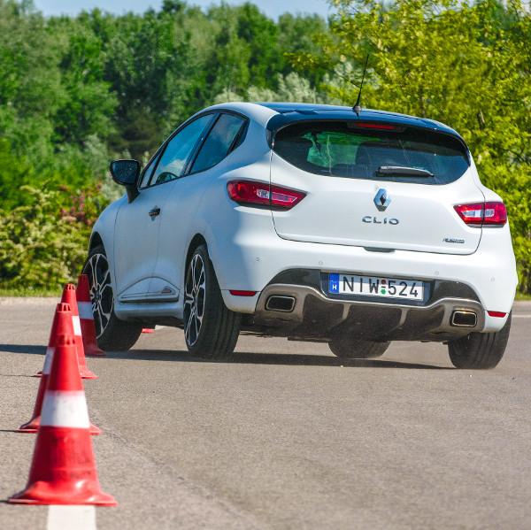 Nagyon jól kanyarodik a kis Clio, de kell neki a minőségi aszfalt. A matt fehér fényezés felára 190 ezer Ft