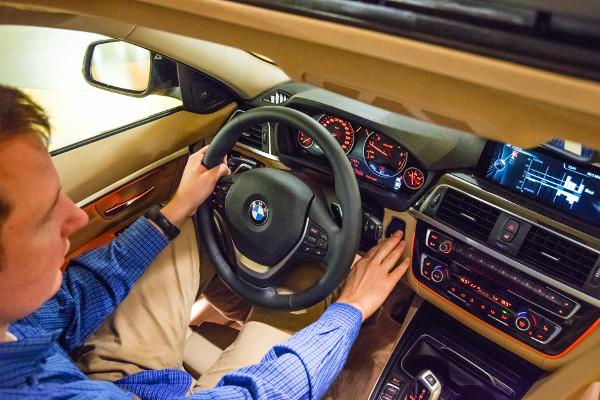 A jól megszokott BMW-érzést hozza a belső. A hibridhez is rendelhetők a váltófülek. Fotó: Molnár István