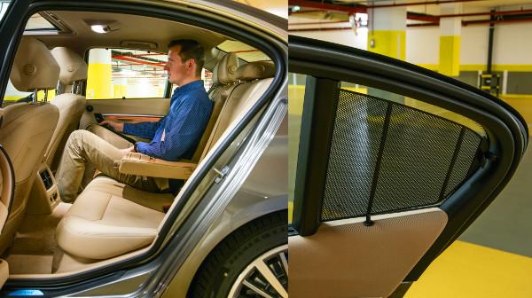 Kényelmesek az ülések, de a 3-as BMW nem a helykínálatával veszi le az embert a lábáról. Még a kis üvegfelületre is kérhetünk árnyékolót