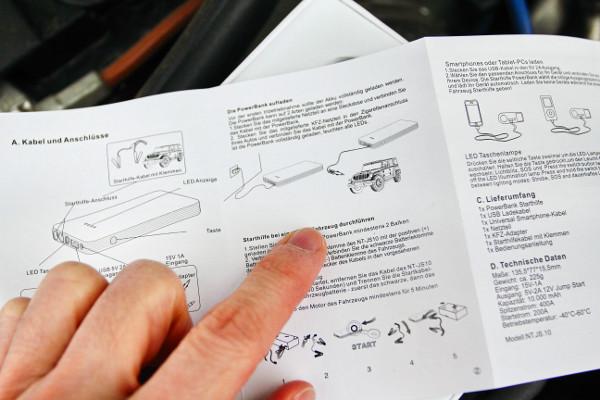 Német és angol nyelvű a használati utasítás a német tervezésű és kínai gyártású eszközhöz. Egy Jeep jelképezi az autót, de az már nem indítható vele, túl nagy a motorja