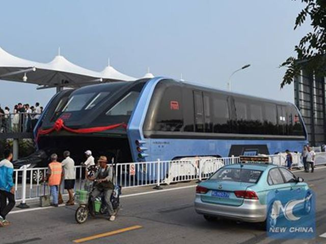 A kínaiak nem szórakoznak, tényleg itt a dugó felett suhanó busz! (Fotó: autoevolution.com)