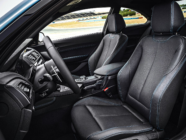 Egy autó, amelyben értelmet nyernek a masszív oldaltartású ülések