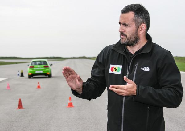 Országúti tempónál 35-40 méter szükséges a teljes megálláshoz, azonban a határozatlan, bizonytalan vezetői reakciók ezt súlyos méterekkel megtoldhatják – magyarázza a Navak tesztpálya instruktora