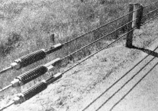 Finnországban láttuk ezeket a drótkötélből, rugókból, a tartóoszlopokon az ütődés hatására elmozduló elemekből álló korlátokat