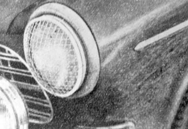 A kőzúzalékkal borított észak-európai utakon a lámpaüvegeket dróthálóval védik – a gyorsan előző járművek kőzáporai ellen
