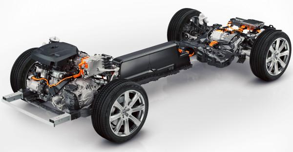 Elöl benzin, hátul villanymotor hajt, a kardánalagútban rejtőzik a lítium-ion akkumulátor