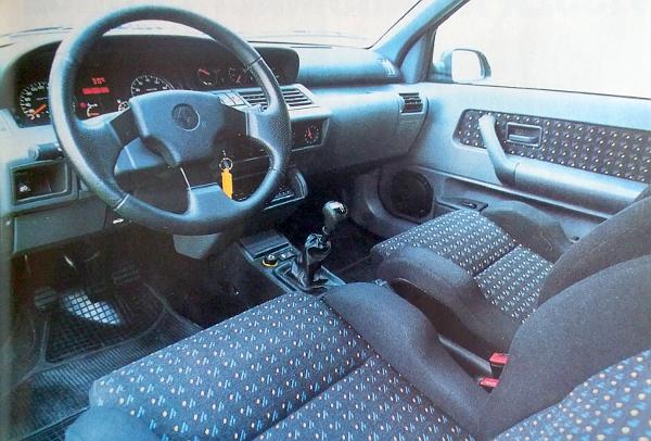 Amit ez az autó tud, az üléseknél bizony nagy szükség van az oldaltámasztásra