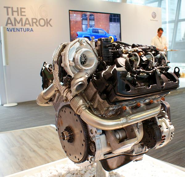 Alacsony fordulaton üzemel az egy turbós V6-os TDI, bődületes erővel húz