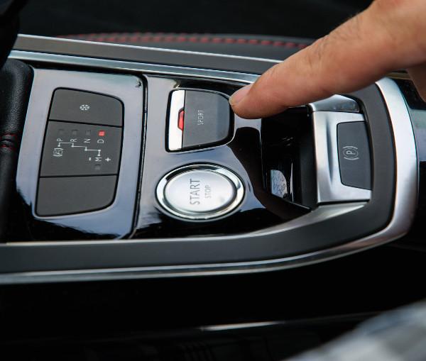 Ezzel a kapcsolóval tehetjük sportosabbá az autót és a motorhangot
