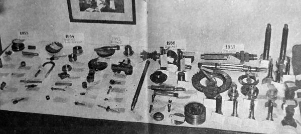 Az asztalra kirakott alkatrészek hűen tükrözik az Autóalkatrészgyár fejlődését. Amíg 1953-ban legfeljebb csapszegre tellett a gyár műszaki felkészültségéből, addig most a legkomplikáltabb szinkron sebességváltó fogaskerekeket is gyártják