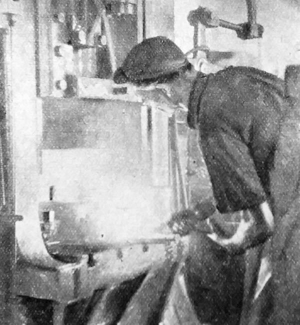 Az alaktalan, fehéren izzó acélból a kovácsológép súlyos kalapácsának egyetlen csapása nyomán kész a sajtolt alkatrész