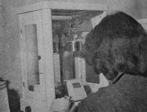 Négytized milligramm pontossággal dolgozik ez az üvegszekrényben álló analitikai mérleg. Ki hitte volna, hogy a tökéletes alkatrész gyártásához ere is szükség van