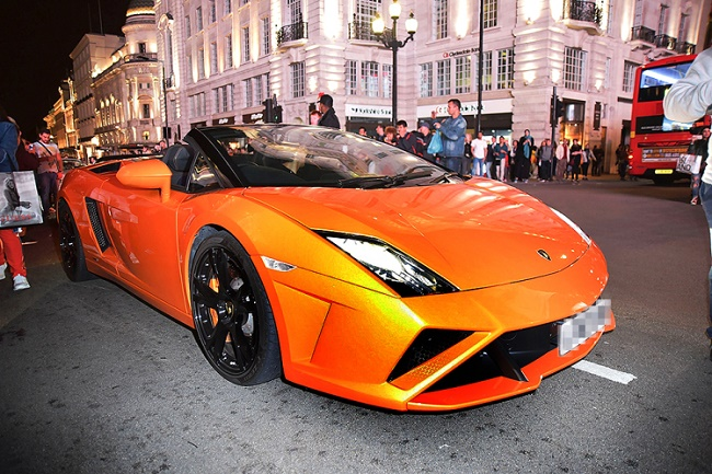 Picture Shows: Gv, General Views  September 19, 2016    GV: Supercars cause chaos in Piccadilly Circus, London, UK. The drivers blocked up the road for about 15 minutes.    Non Exclusive  WORLDWIDE RIGHTS    Pictures by : FameFlynet UK © 2016  Tel : +44 (0)20 3551 5049  Email : info@fameflynet.uk.com