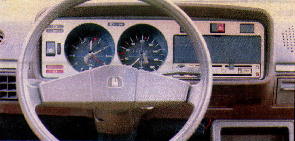 Gyári borítólemez fedi a kivett rádiós magnó helyét