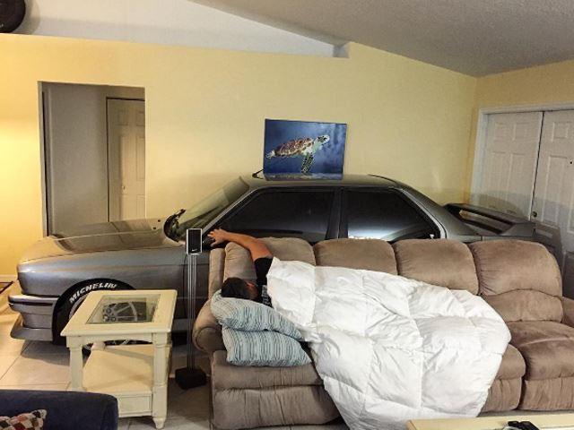 Féltette a BMW-t, bevitte hát a lakásba a hurrikán elől (Fotó: carbuzz.com)