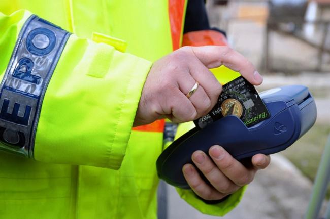 Deszk, 2010. március 18. Egy megbírságolt autós bankkártyáját húzza le egy rendőr Deszken, a 43-as út mellett. Kísérleti jelleggel, bankkártyával is kifizethető a közlekedési szabálysértési bírság Békés és Csongrád megyében. MTI Fotó: Kelemen Zoltán Gergely