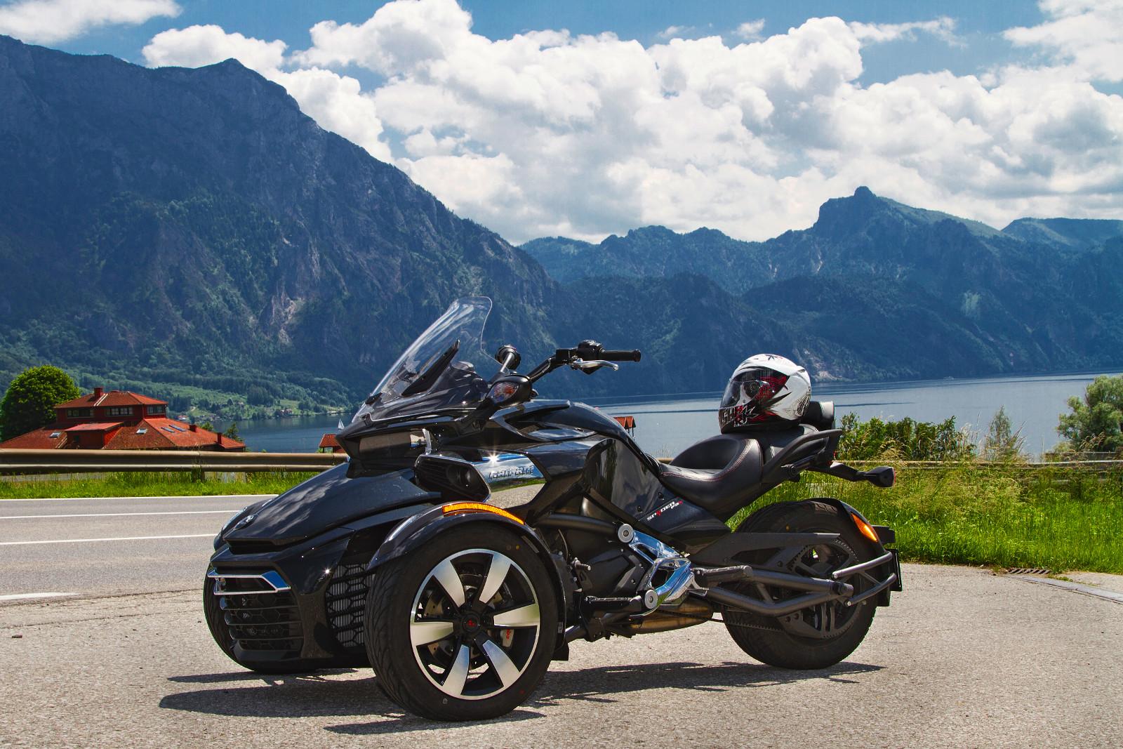 Ütős forma, erős motor – eszményi partner a Spyder. A plexi 185 centis testmagasságig véd a menetszéltől