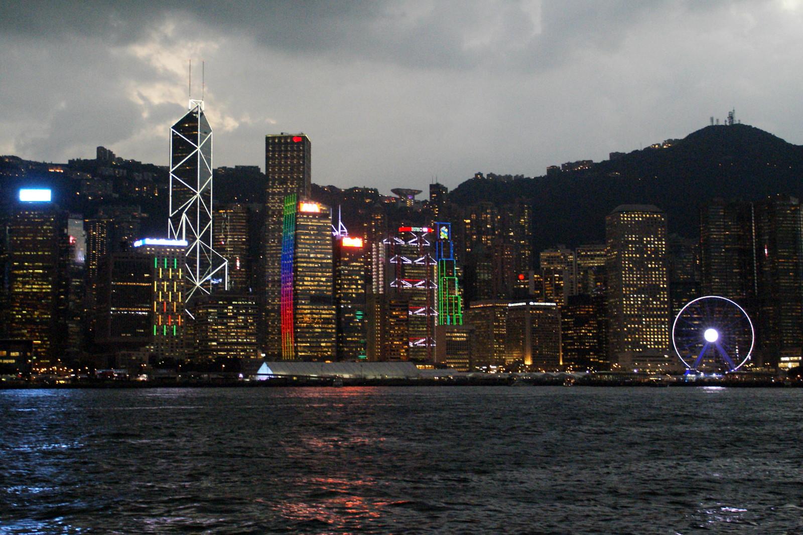 Hong Kong szívében alakították ki a Formula E pályát, a nagy sátor a 3000 VIP-vendégé, a kisebbek a csapatok szállásai