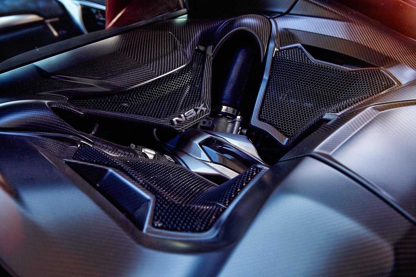 A száraz karteres olajozási rendszer miatt nagyon mélyre tudták beépíteni a V6-os turbómotort