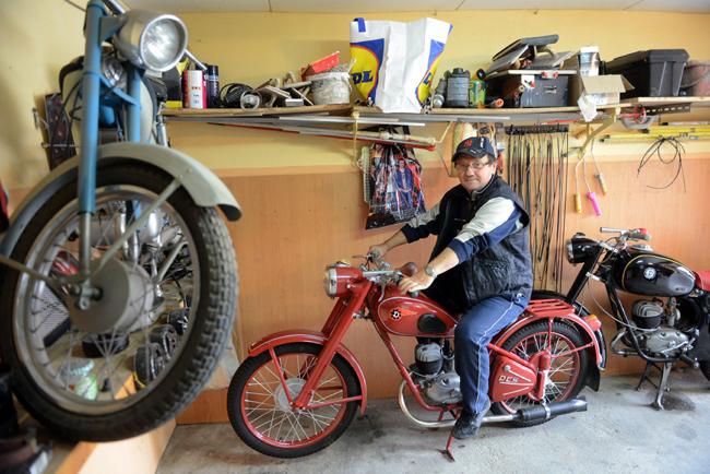 Sisa István egy Danuvia nyergében. A nem túl modern, de viszonylag olcsó motorkerékpár rövid idő alatt népszerű lett az 1950-es évek második felében (Fotók: Mártonfai Dénes)