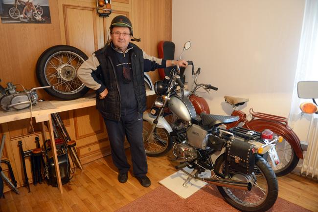 Sisa István ezzel a KGST retro mopeddel – amit tíz motorból rakott össze – nyert 2013-ban országos versenyt