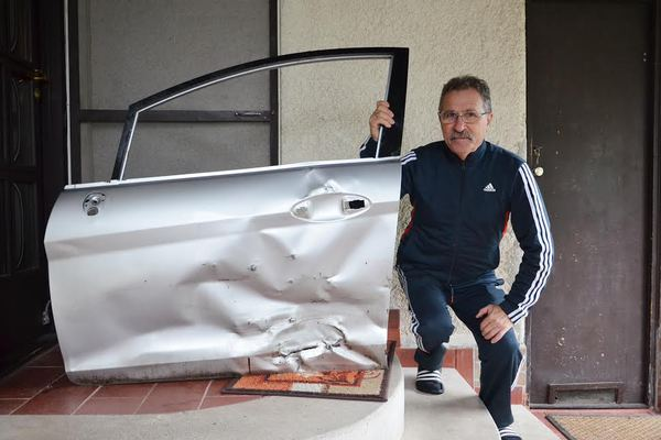 Kisnémet Vendel az összetört autója ajtajával. Neki kell megtéríteni a kárt. FOTÓ: Fodor Orsolya