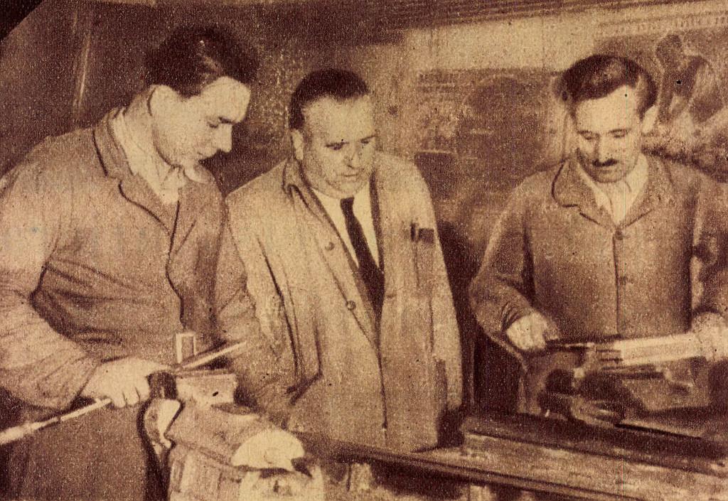Zsohár Sándor tanácstag, Kiss József sztahanovista művezető és Rekeczki Péter élmunkás az új típus sorozatgyártásának megindulásához új szerszámok készítését vállalták