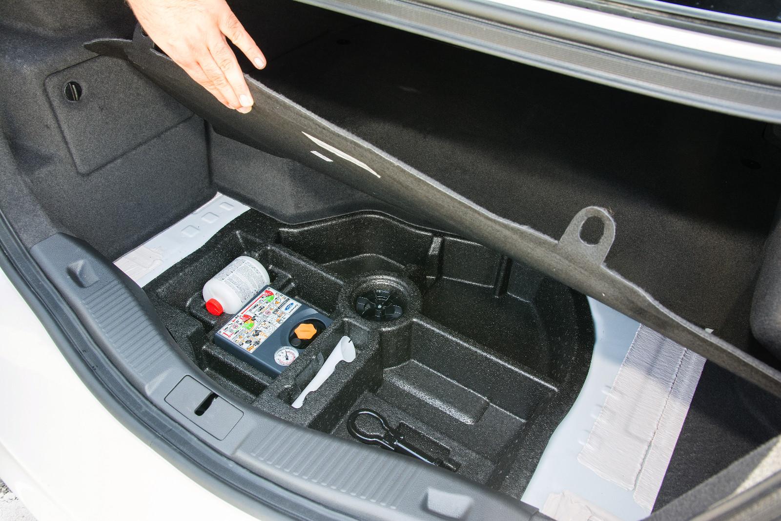 A padló felett 340 liter van, ezzel együtt is elég kicsi a csomagtér