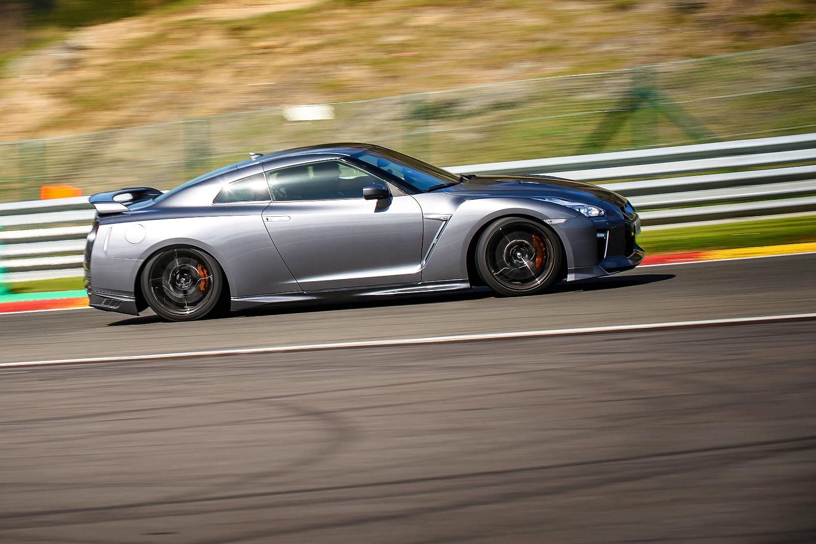 Abban rejlik a GT-R varázsa, hogy még a hétköznapi sofőrt is képes versenyzővé változtatni. Feltéve, hogy előtte megy egy felvezetőautó...