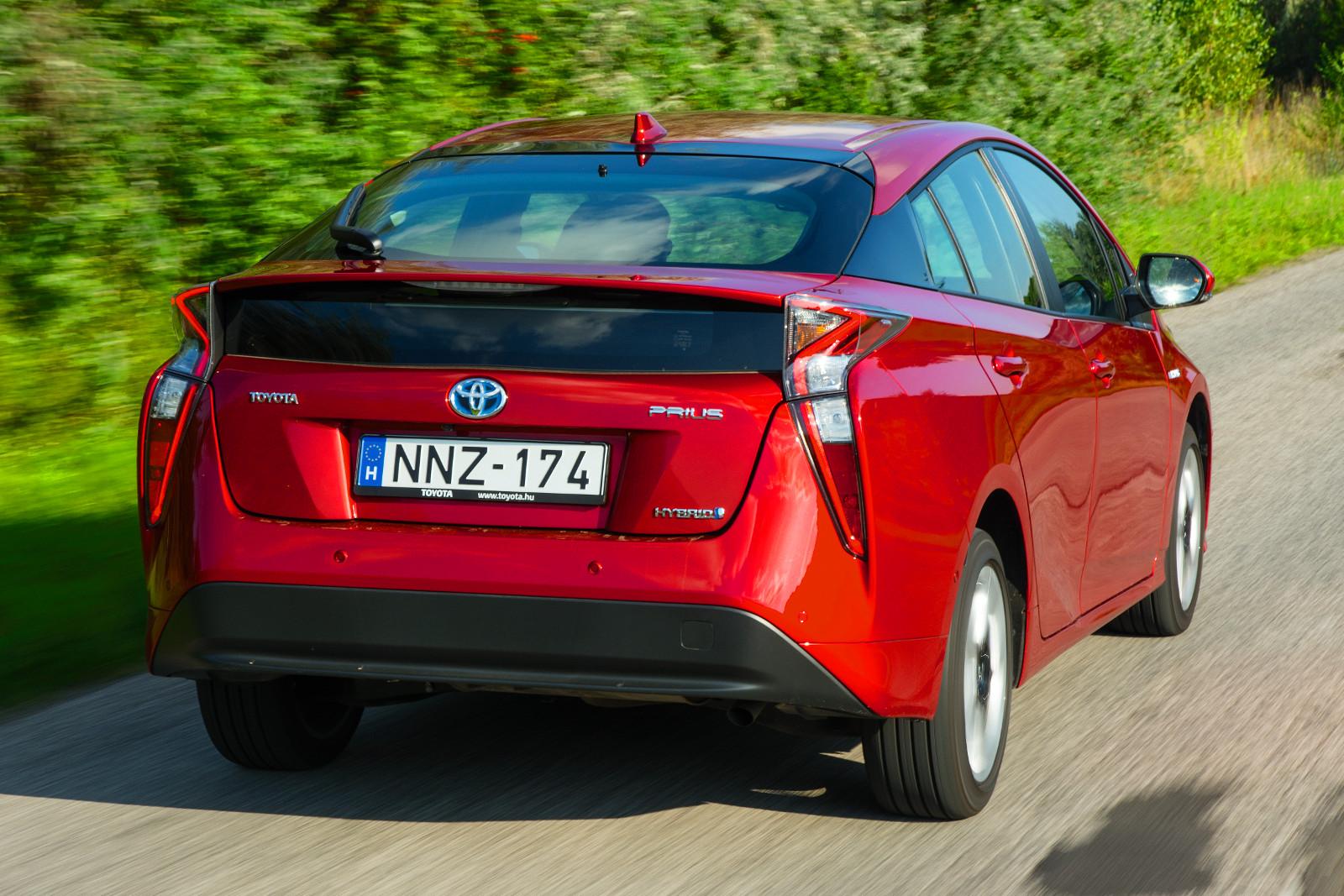 Két hasonló tudású, de régebbi technikájú Auris hibrid (4 205 000 Ft) is kijön a Prius árából, és a RAV4 hibrid (7 100 000 Ft) is olcsóbb, mint a divatautóvá vált negyedik generáció