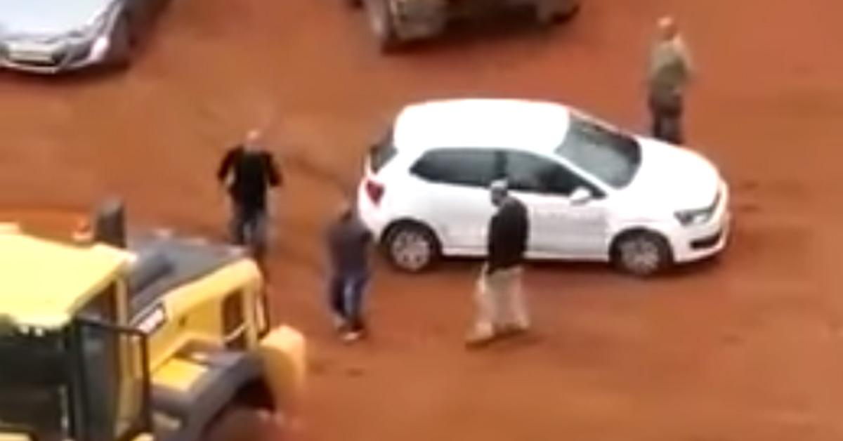 A bank el akarta vinni az autóját, nem reagált rá túl jól… – VIDEÓ