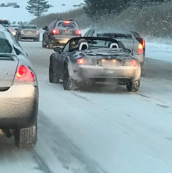 Hóvihar, süvítő mínuszok, dugó – erre egyszer csak feltűnt ez a Mazda MX-5! (Fotó: Twitter)