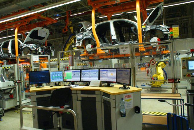 Robotok végzik a motor és a karosszéria házasítását, innen figyel a diszpécser