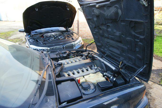 Jól látható V12-es, kontra műanyag fedelek alatt rejtőzködő V8-as. Mindkettő 750-es