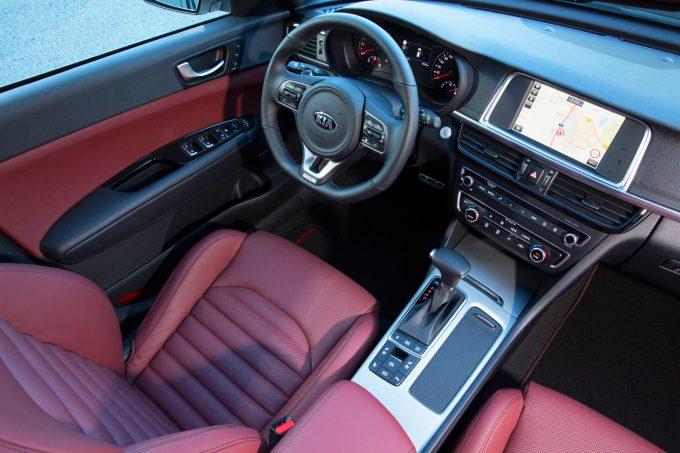 100 000 Ft a hivatalosan piros színű bőrkárpit felára. A volán sportosabb, mint a többi Optimában. Fotó: Hilbert Péter, Kia