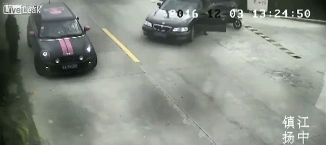 Láttatok már valaha is ennél nagyobb autós bénázást? (videó)