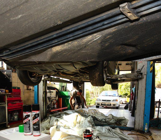 Határozott horzsolások a kocsi alján. Néhol csak nyomot hagyott, másutt le is húzta az alvázvédő javát. Nejlont terítettünk a padlóra, de nem csöpögött az anyag. Fotó: Dombóvári Mihály